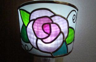 ピンクのバラの足元ランプ