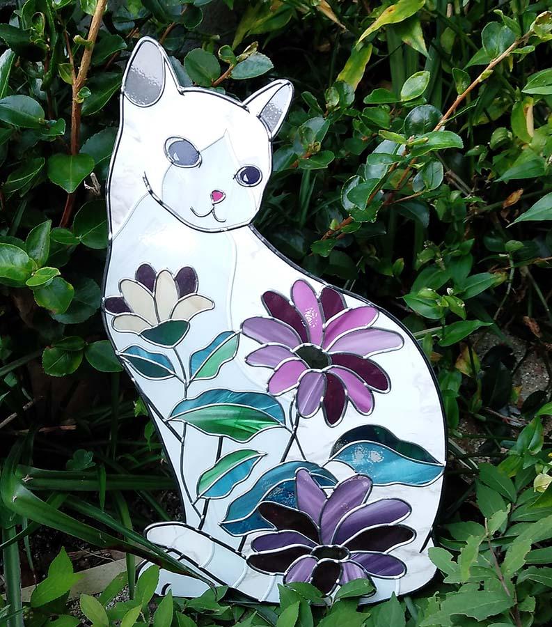 青い瞳の白猫